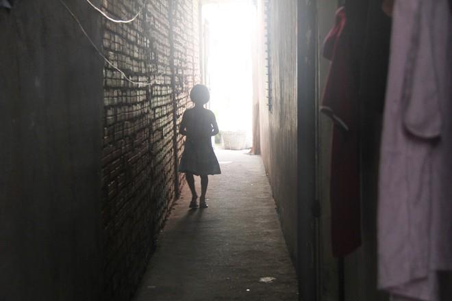 Bố bỏ đi theo vợ nhỏ, bé gái 7 tuổi nghỉ học ở nhà lấy sữa lon pha loãng cho em 2 tháng uống vì không có tiền - Ảnh 15.