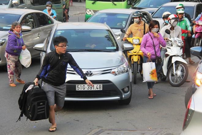 Người dân ùn ùn đi nghỉ Tết dương lịch, các tuyến đường, bến xe đông nghẹt - Ảnh 9.