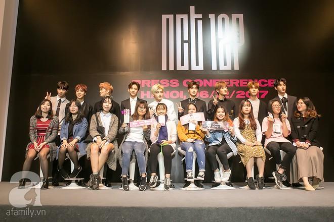 Hơn 300 fan xếp hàng chờ đợi hàng giờ để được gặp các chàng soái ca NCT 127 - Ảnh 2.