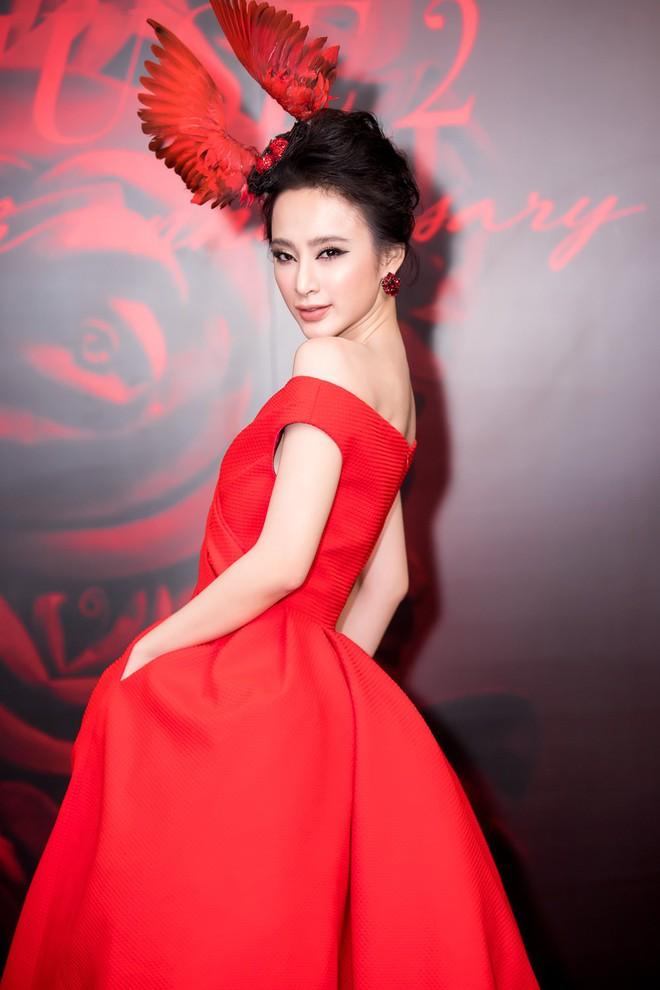Angela Phương Trinh xuất hiện với thần thái quyến rũ, đội mũ cánh chim tỏa sáng trên thảm đỏ thời trang - Ảnh 2.
