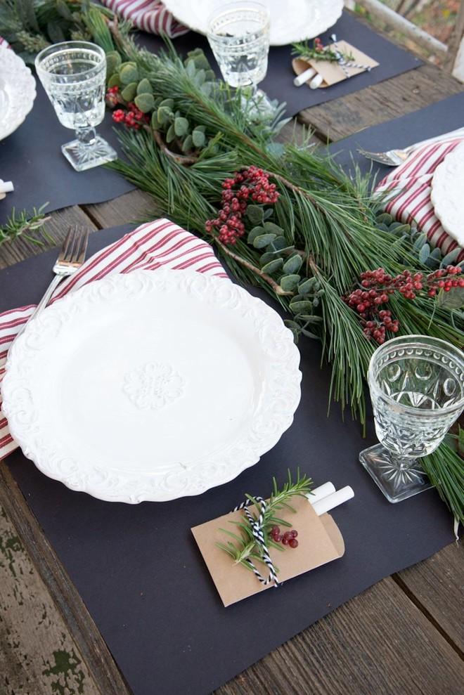 Trang trí bàn ăn thật lung linh và ấm cúng cho đêm Giáng sinh an lành - Ảnh 16.