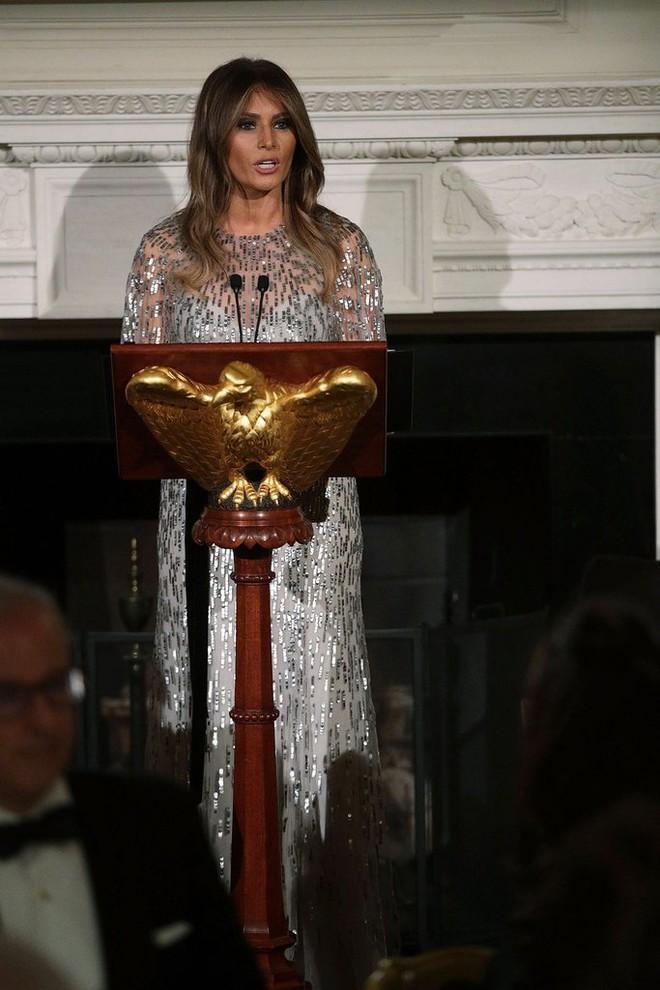 Loạt trang phục gây chú ý của bà Melania Trump: Bộ được khen nức nở, bộ lại bị chê không thương tiếc  - Ảnh 14.