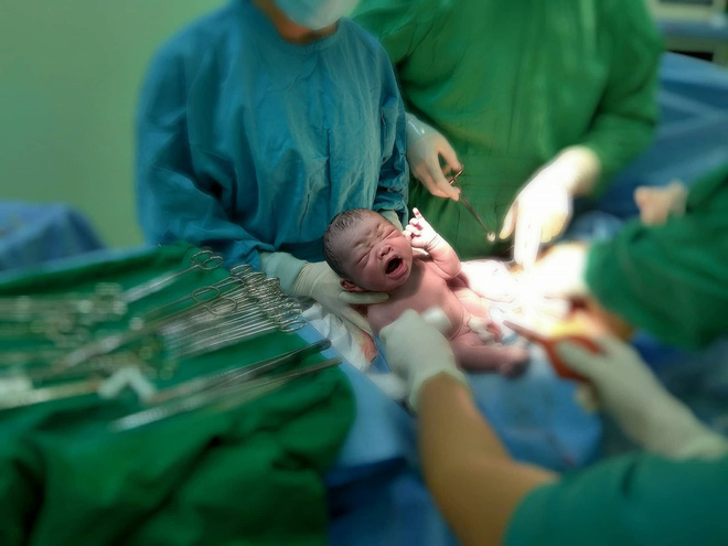 Cần Thơ: Vừa lọt lòng, bé trai sơ sinh thụ tinh trong ống nghiệm đã vẫy tay chào bác sĩ - Ảnh 2.
