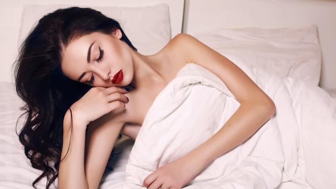 Điều gì thực sự xảy ra với da mặt khi bạn đi ngủ không tẩy trang - Ảnh 1.
