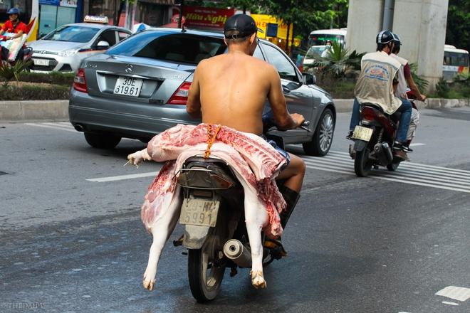 Trên đường, nhiều người bất chấp nguy hiểm của bản thân, không đội mũ bảo hiểm tham gia giao thông, nhiều người còn lạng lách trên đường để kịp phiên chợ.