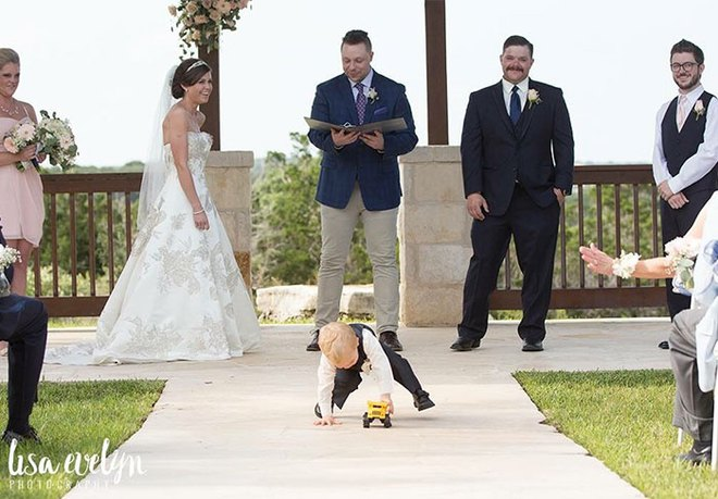 Khi người lớn cứ hào hứng như được mùa, những em bé này lại cảm thấy đám cưới như là một thảm họa vậy - Ảnh 15.