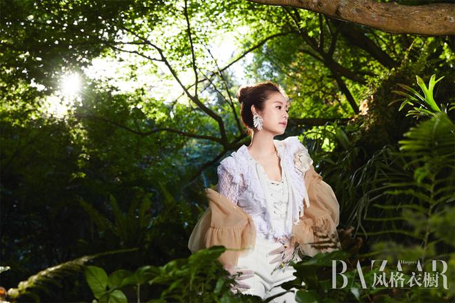 Quý cô Lâm Tâm Như trẻ trung mướt mắt giữa rừng xanh - Ảnh 1.