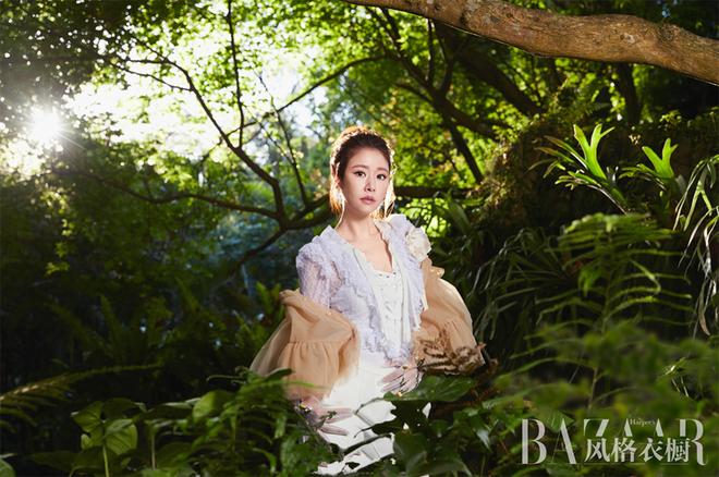 Quý cô Lâm Tâm Như trẻ trung mướt mắt giữa rừng xanh - Ảnh 2.