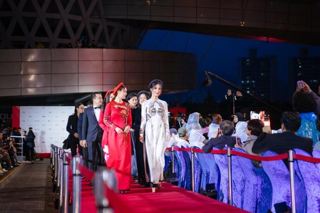 Ngô Thanh Vân cùng hội mỹ nhân Cô Ba Sài Gòn diện áo dài nổi bật trên thảm đỏ LHP Busan - Ảnh 3.