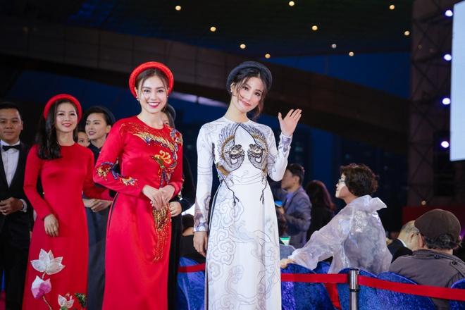 Ngô Thanh Vân cùng hội mỹ nhân Cô Ba Sài Gòn diện áo dài nổi bật trên thảm đỏ LHP Busan - Ảnh 4.