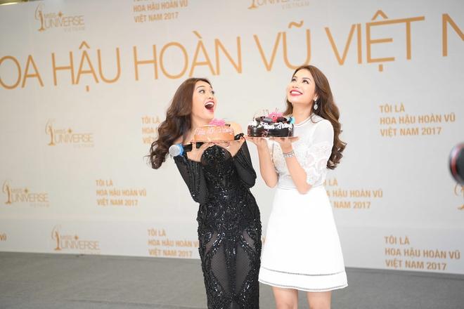 Phạm Hương bất ngờ tổ chức sinh nhật Lệ Hằng trên sân khấu sơ khảo khu vực phía Bắc HHHVVN 2017 - Ảnh 1.