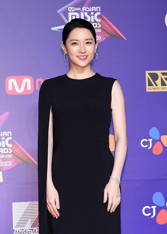 Thiết kế đầm mà Lee Young Ae mặc quen mặt với cả hai nhà mốt lừng danh mới hay - Ảnh 1.