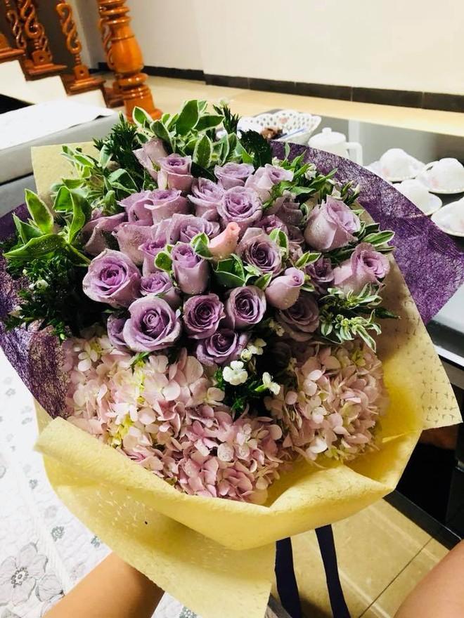 Chị em tới tấp khoe quà 20/10: hết vàng bạc hột xoàn, hoa lá, cua biển... đến xe ga, điện thoại hịn - Ảnh 25.