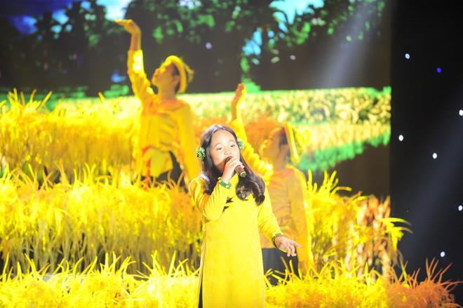 """Việt Hương cười ngất trước """"soái ca nhí"""" 5 tuổi vừa hát vừa nấc cụt - Ảnh 4."""