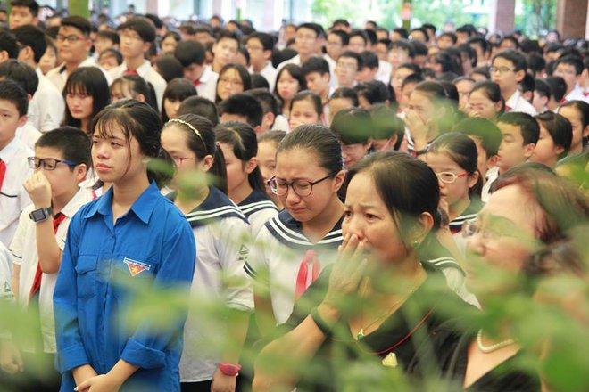 Tang lễ thầy Văn Như Cương: Học sinh trường Lương Thế Vinh hát khi linh cữu đi qua - Ảnh 11.