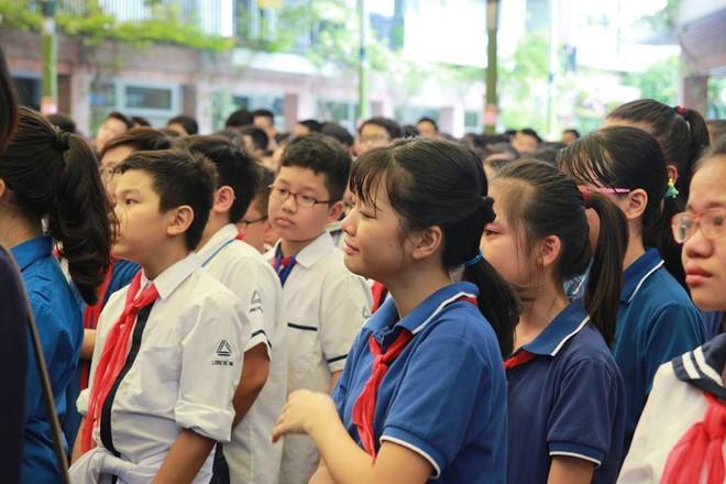 Tang lễ thầy Văn Như Cương: Học sinh trường Lương Thế Vinh hát khi linh cữu đi qua - Ảnh 12.