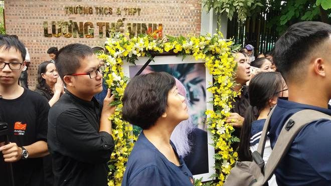 Tang lễ thầy Văn Như Cương: Học sinh trường Lương Thế Vinh hát khi linh cữu đi qua - Ảnh 6.
