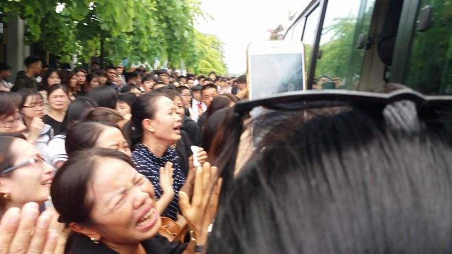 Tang lễ thầy Văn Như Cương: Học sinh trường Lương Thế Vinh hát khi linh cữu đi qua - Ảnh 8.