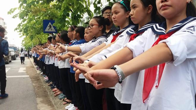 Tang lễ thầy Văn Như Cương: Học sinh trường Lương Thế Vinh hát khi linh cữu đi qua - Ảnh 9.
