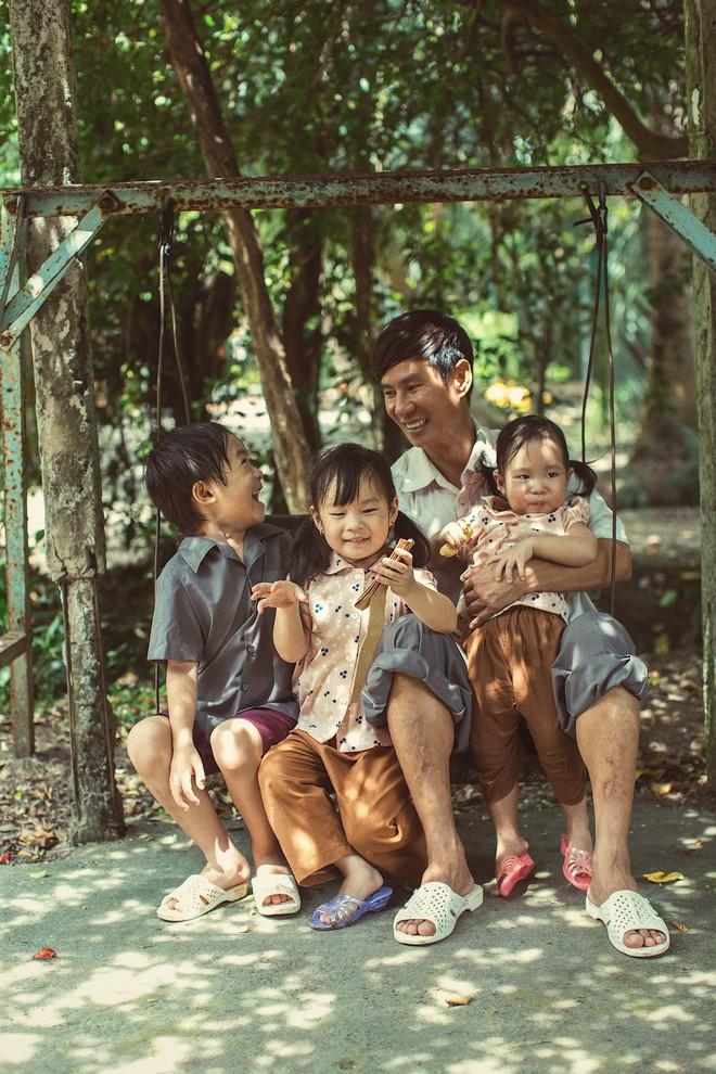 4 con của Lý Hải - Minh Hà thích thú khi được về quê làm nông dân, mò cua bắt ốc - Ảnh 7.