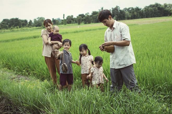 4 con của Lý Hải - Minh Hà thích thú khi được về quê làm nông dân, mò cua bắt ốc - Ảnh 1.