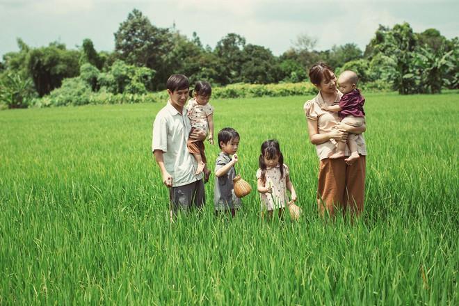 4 con của Lý Hải - Minh Hà thích thú khi được về quê làm nông dân, mò cua bắt ốc - Ảnh 2.