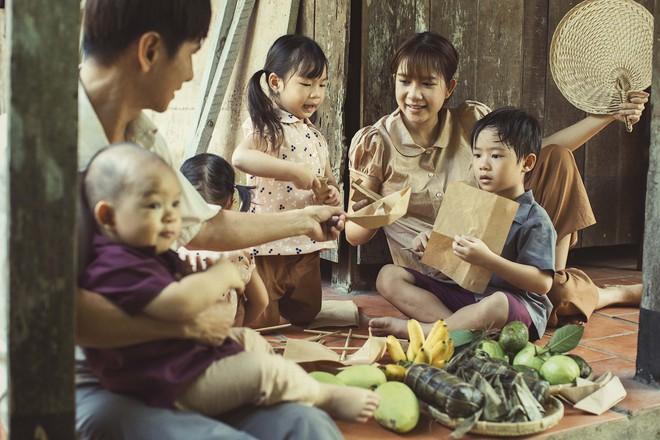 4 con của Lý Hải - Minh Hà thích thú khi được về quê làm nông dân, mò cua bắt ốc - Ảnh 8.
