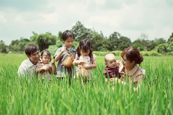 4 con của Lý Hải - Minh Hà thích thú khi được về quê làm nông dân, mò cua bắt ốc - Ảnh 3.