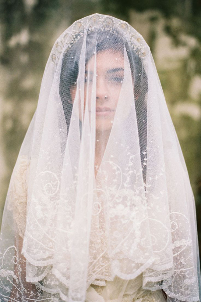 Ẩn chứa sau mạng che mặt cô dâu trong ngày cưới là những sự thật bất ngờ và rùng rợn - Ảnh 1.