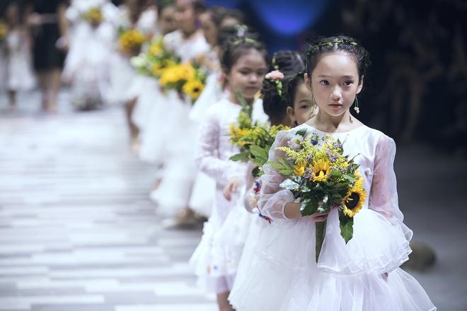 Ốc Thanh Vân cùng 3 nhóc tỳ mở màn Tuần lễ Thời trang Thiếu nhi 2017 - Ảnh 10.