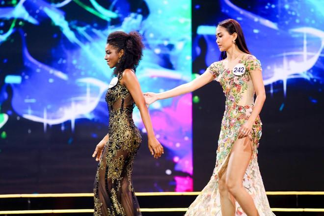 Cô gái gốc Phi vấp ngã, Mâu Thủy ghi điểm khi làm điều này ở Hoa hậu Hoàn vũ - ảnh 3