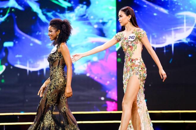 Cô gái gốc Phi vấp ngã, Mâu Thủy ghi điểm khi làm điều này ở Hoa hậu Hoàn vũ - ảnh 4