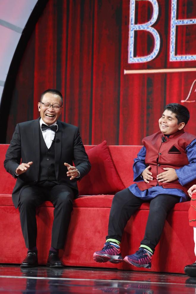 Lại Văn Sâm khen lấy khen để cậu bé Ấn Độ nhảy múa, diễn trò cực vui nhộn  - Ảnh 3.