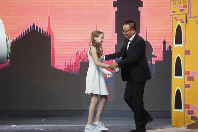Cười nghiêng ngả xem Lại Văn Sâm đóng vai công chúa, chờ cô bé 10 tuổi đến giải cứu - ảnh 1