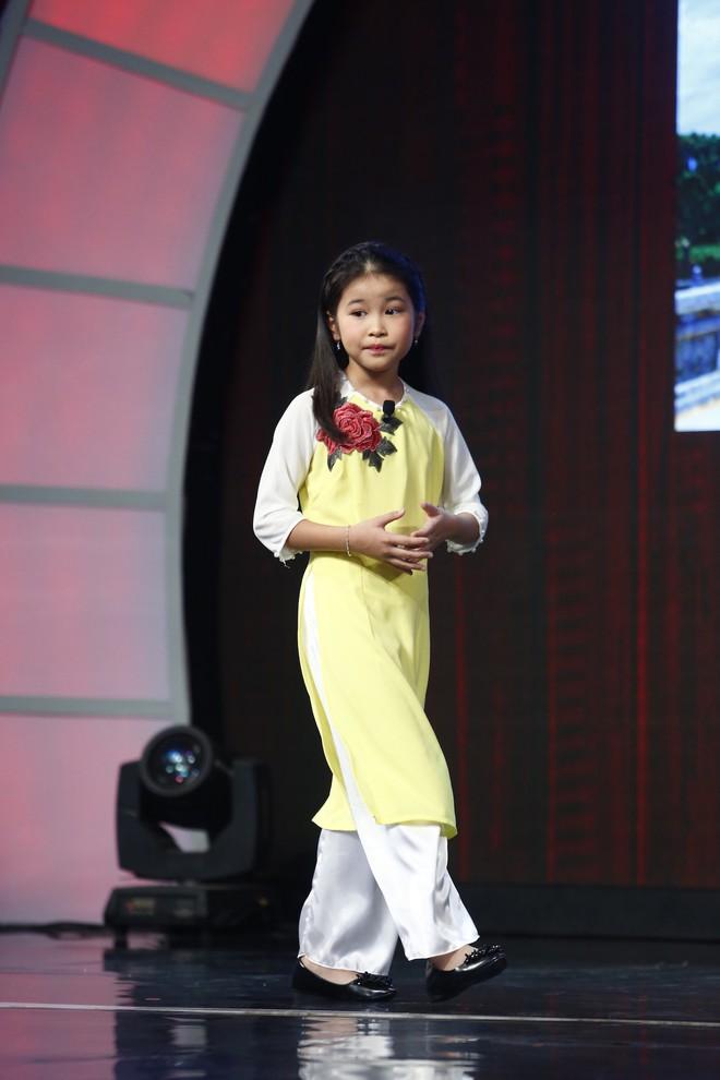 Lại Văn Sâm xấu hổ trước bé 9 tuổi đã làm hướng dẫn viên du lịch cho khách nước ngoài - Ảnh 2.