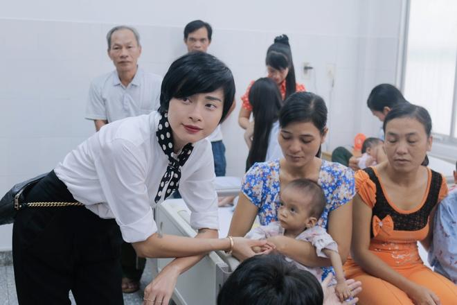 Ngô Thanh Vân giản dị, tóc ngắn lạ lẫm đi từ thiện cùng Jun Phạm  - Ảnh 8.