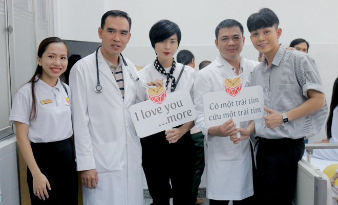 Ngô Thanh Vân giản dị, tóc ngắn lạ lẫm đi từ thiện cùng Jun Phạm  - Ảnh 1.