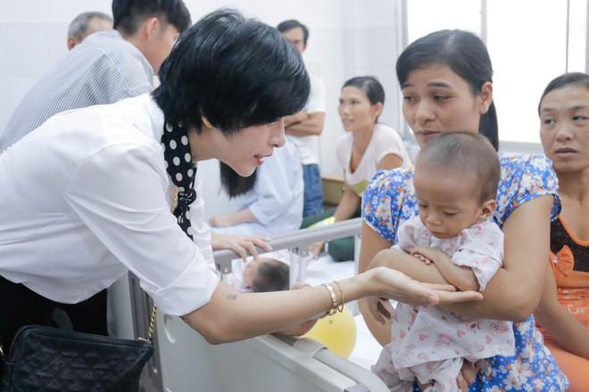 Ngô Thanh Vân giản dị, tóc ngắn lạ lẫm đi từ thiện cùng Jun Phạm  - Ảnh 7.