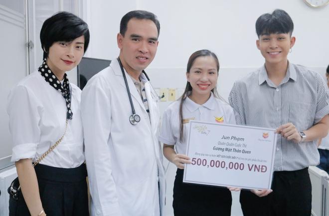 Ngô Thanh Vân giản dị, tóc ngắn lạ lẫm đi từ thiện cùng Jun Phạm  - Ảnh 6.