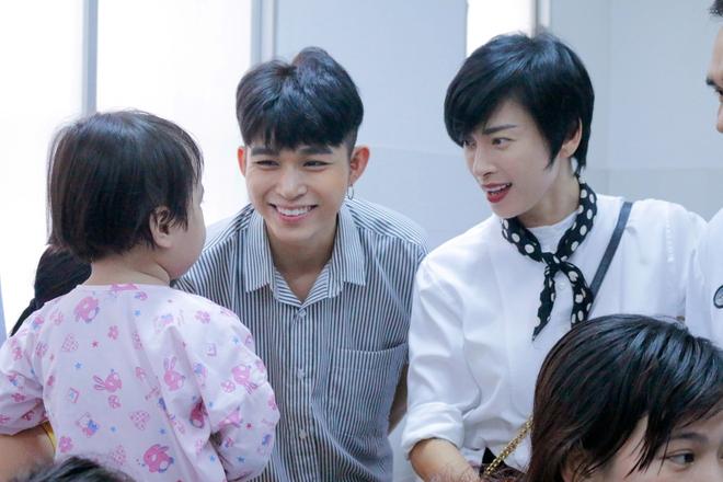Ngô Thanh Vân giản dị, tóc ngắn lạ lẫm đi từ thiện cùng Jun Phạm  - Ảnh 5.