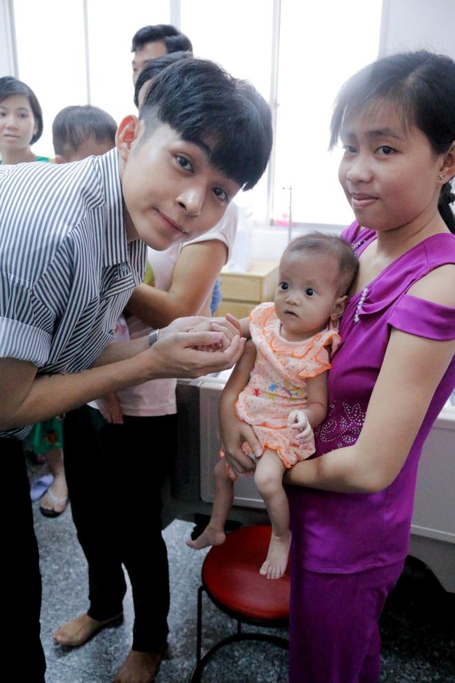 Ngô Thanh Vân giản dị, tóc ngắn lạ lẫm đi từ thiện cùng Jun Phạm  - Ảnh 3.