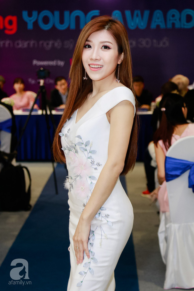 Bà xã Đăng Khôi xinh đẹp hết phần người khác hộ tống chồng đi sự kiện - Ảnh 13.