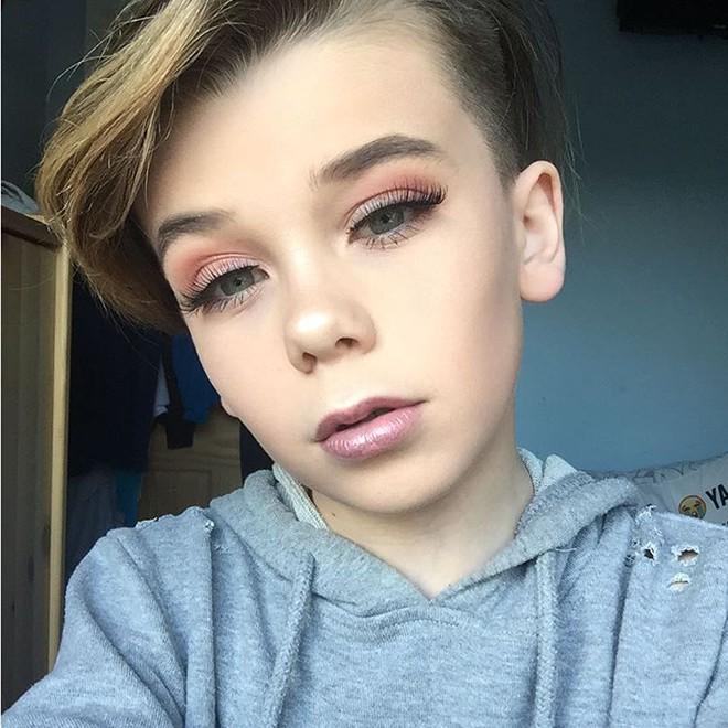 Đến người lớn cũng chưa chắc trang điểm giỏi như cậu bé 10 tuổi này! - Ảnh 11.