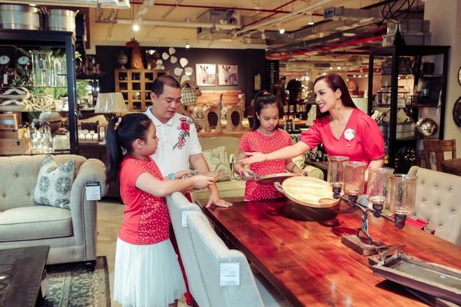 Hai con gái nhà Thúy Hạnh - Minh Khang lớn phổng phao bên bố mẹ - ảnh 4