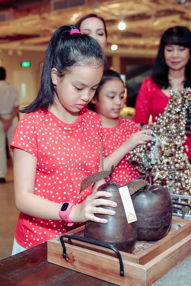 Hai con gái nhà Thúy Hạnh - Minh Khang lớn phổng phao bên bố mẹ - ảnh 5
