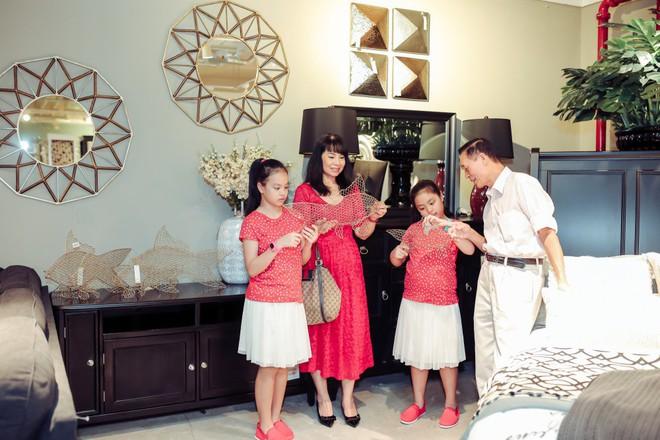 Hai con gái nhà Thúy Hạnh - Minh Khang lớn phổng phao bên bố mẹ - ảnh 3