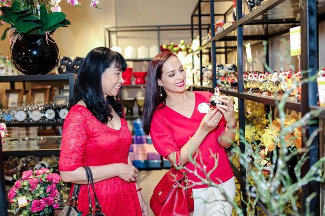 Hai con gái nhà Thúy Hạnh - Minh Khang lớn phổng phao bên bố mẹ - ảnh 9