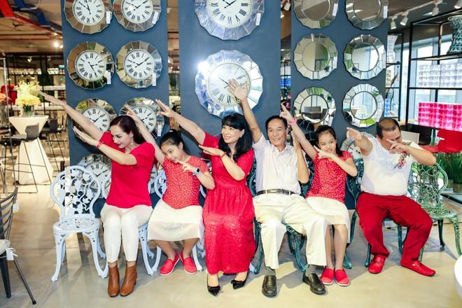 Hai con gái nhà Thúy Hạnh - Minh Khang lớn phổng phao bên bố mẹ - ảnh 12
