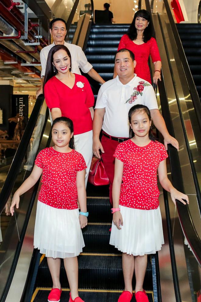 Hai con gái nhà Thúy Hạnh - Minh Khang lớn phổng phao bên bố mẹ - ảnh 1