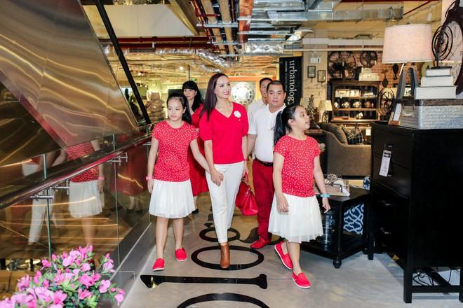 Hai con gái nhà Thúy Hạnh - Minh Khang lớn phổng phao bên bố mẹ - ảnh 2